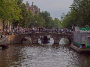 Holland, klein Venedig. Grachtenfahrt Amsterdam abends.