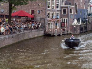 Amsterdam Grachtenfahrt kleines Boot