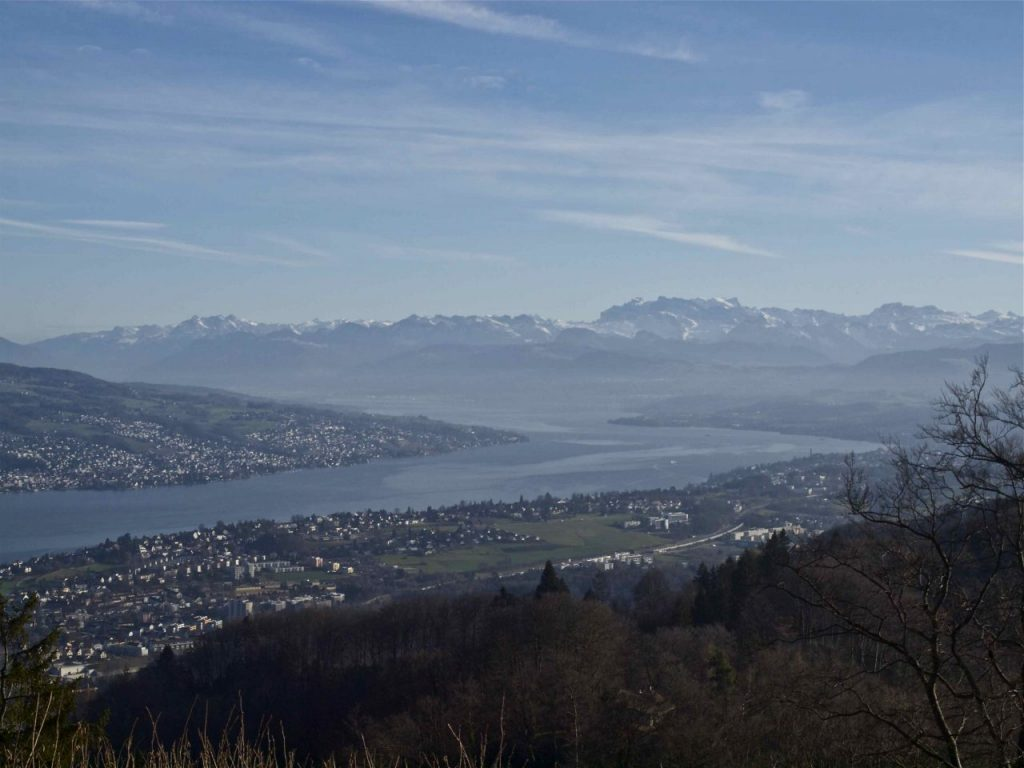 Swiss insider tips for a visit of Zürich Switzerland on a budget. Enjoy a city trip to Zürich at Lake Zürich on a budget