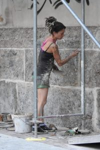 Artistic Power Woman In Innsbruck (© Grey World Nomads))